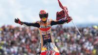 Márquez, dempeus sobre la moto després de guanyar la cursa