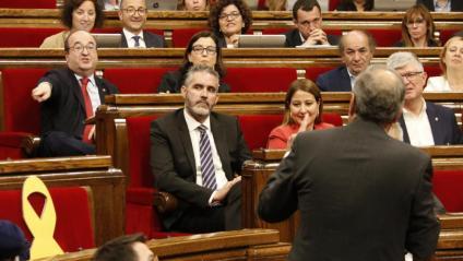 El líder del PSC, Miquel Iceta, gesticulant mentre li parla el president de la Generalitat, Quim Torra, en una sessió de control al Parlament del juny passat
