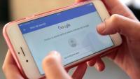 Una persona consulta el seu compte de Google a través del telèfon mòbil