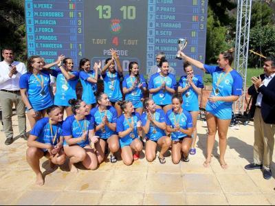 Maica mostra la copa de campiones a les seves companyes del CN Sabadell