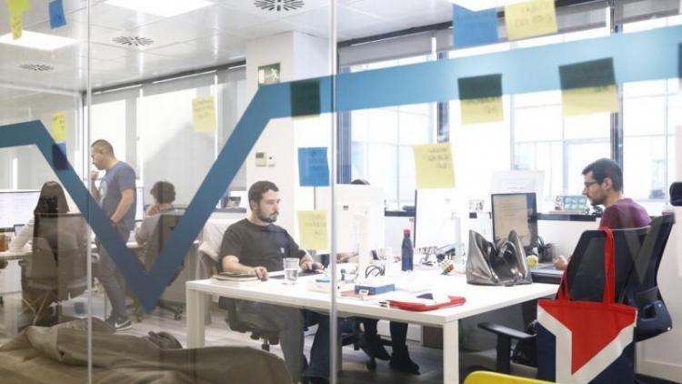 Un grup de desenvolupadors treballant al 'hub' tecnològic de la firma Free Now, ubicada a plaça Catalunya de Barcelona.