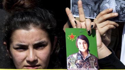 Una manifestant kurda, ahir, a Beirut, exigint que s'aturi la invasió de Turquia