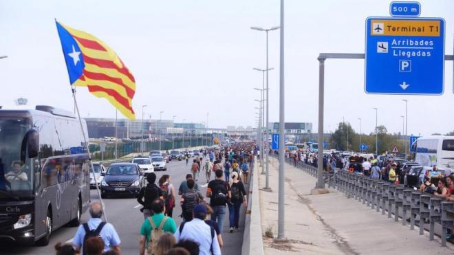 Centenars de persones arriben caminant a l'aeroport del Prat i bloquegen l'accés a les instal·lacions