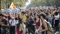 Estudiants a la plaça Catalunya de Barcelona criden a bloquejar l'aeroport.