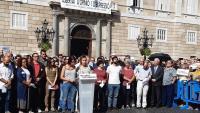 Algunes de les entitats signants van llegir ahir un manifest a la plaça de Sant Jaume de Barcelona