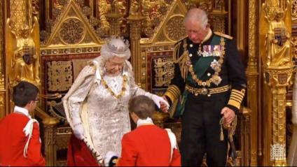 La reina Elisabet II d'Anglaterra i el príncep Carles, abans de llegir el programa de govern de Boris Johnson, ahir