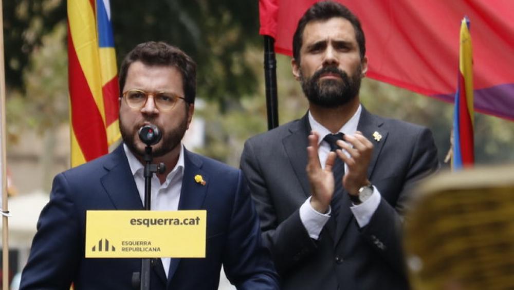El vicepresident, Pere Aragonès, amb el president del Parlament, Roger Torrent, i la portaveu d'ERC, Marta Vilalta, ahir al migdia davant la seu nacional del partit