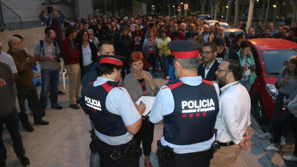 Aixecant acta en un col·legi electoral, a Reus, la matinada de l'1-O