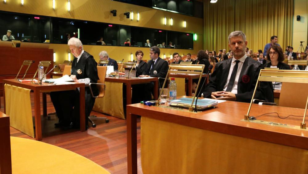 L'advocat Andreu van den Eynde, a la dreta de la imatge, abans de la vista al TJUE sobre el cas de la immunitat d'Oriol Junqueras, ahir a Luxemburg