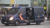 Un Polia Naconal amb una escopeta, a l'Aeroport del Prat aquest dilluns