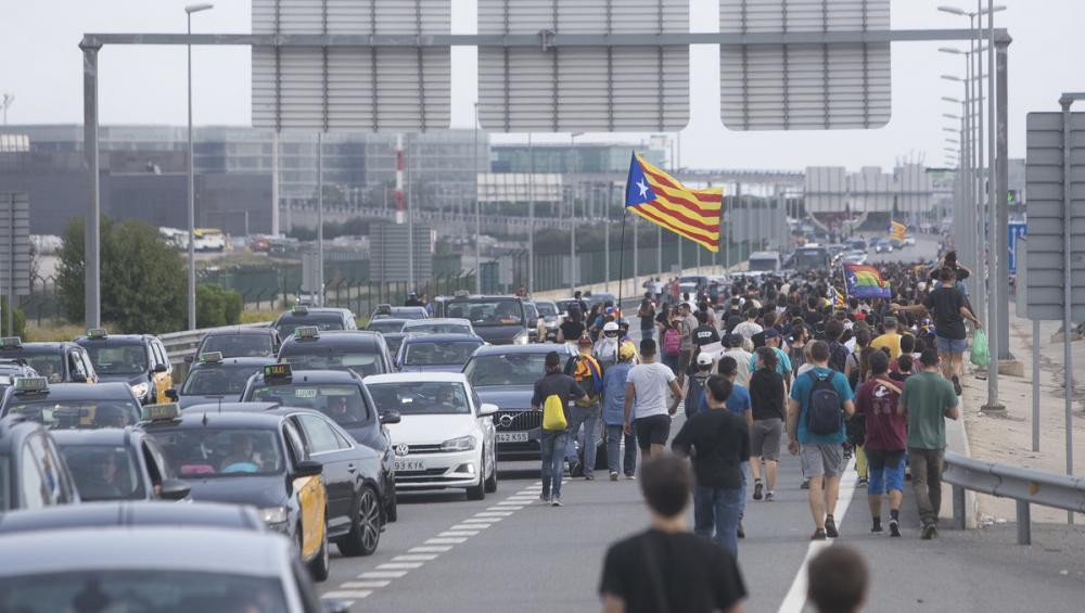 Centenars de persones col·lapsen els accessos a l'Aeroport caminant perla via aquest dilluns 14 d'octubre