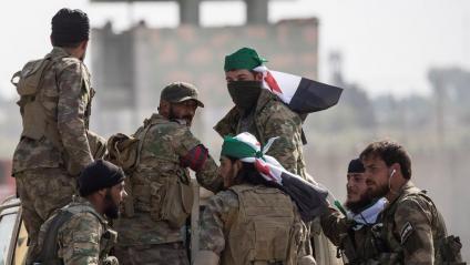 Rebels sirians que combaten al costat de Turquia ahir a la ciutat fronterera de Sanliurfa per anar al nord kurd