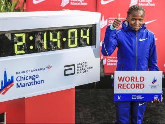 Brigid Kosgei es va convertir a Chicago en la primera dona a córrer la marató per sota de les 2h15