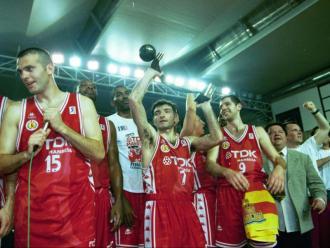 Singla , ara en el club, Creus, Paco Vázquez, Xavi Rodríguez i Tarragó amb el títol ACB 1998