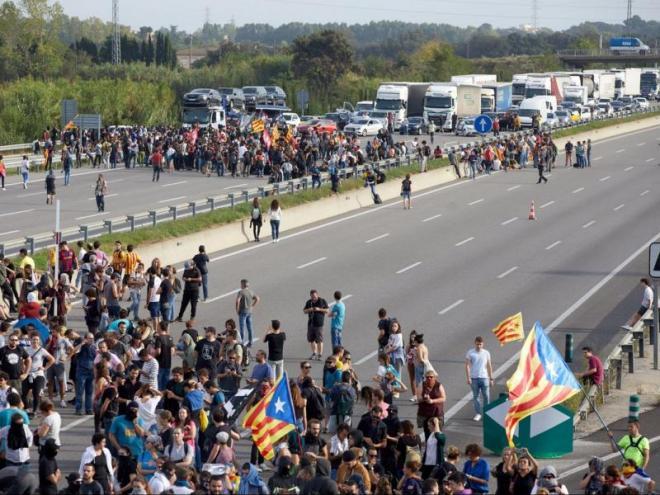 L'autopista AP-7, tallada ahir a la tarda en tots dos sentits a l'altura de Girona