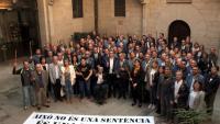 Els alcaldes i regidors lleidatans que ahir van voler fer visible el seu rebuig a la sentència