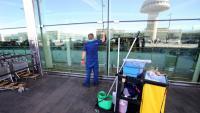 Un operari neteja a l'aeroport