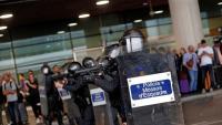 Mossos disparant projectils de 'foam' dilluns a l'aeroport de Barcelona