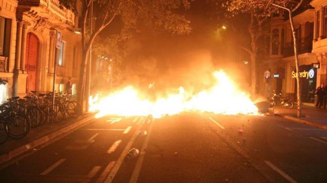 Imatge d'una de les barricades en flames a Barcelona aquest dimarts a la nit