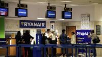 Passatgers fent cua en uns mostradors de Ryanair a Girona