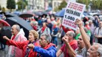 Pensionistes protesten davant el Congrés espanyol per reclamar unes pensions dignes