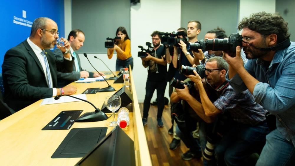 El conseller de l'Interior, Miquel Buch, ahir davant de la premsa gràfica