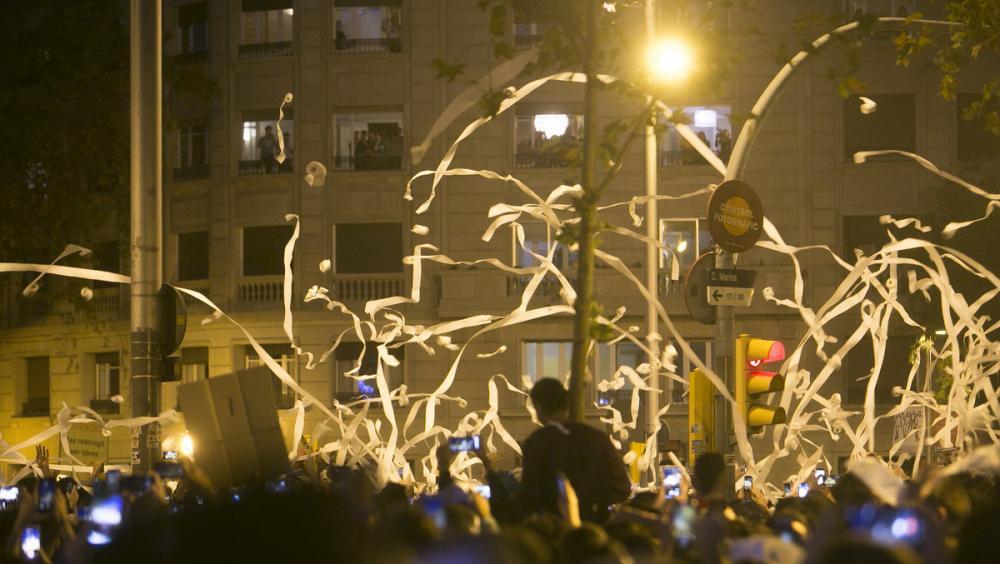 Concentracions de protesta al carrer Marina de Barcelona i a la plaça del Vi de Girona , que van acabar en aldarulls i amb crema de contenidors