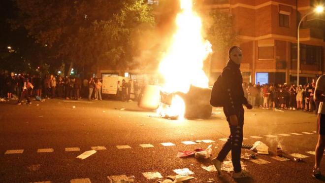 Contenidors cremant al mig del carrer