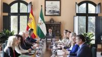 El president de la Junta d'Andalusia, Juanma Moreno (presidint la taula al fons), en la reunió setmanal del Consell de Govern andalús, celebrat de manera extraordinària en Doñana amb motiu dels 50 anys de la declaració com a Parc Nacional