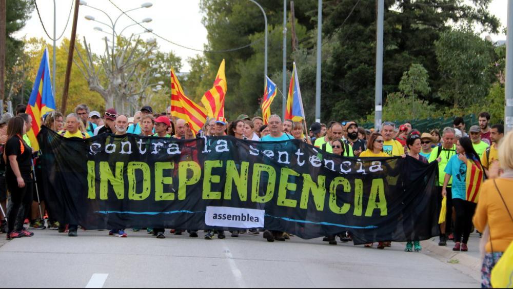 Una de les 'Marxes per la Llibertat' que arribaran caminant a Barcelona per sumar-s'hi a la manifestació