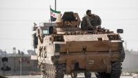 Combatents sirians amb suport turc condueixen blindats del nord de Síria en una operació contra els kurds, ahir