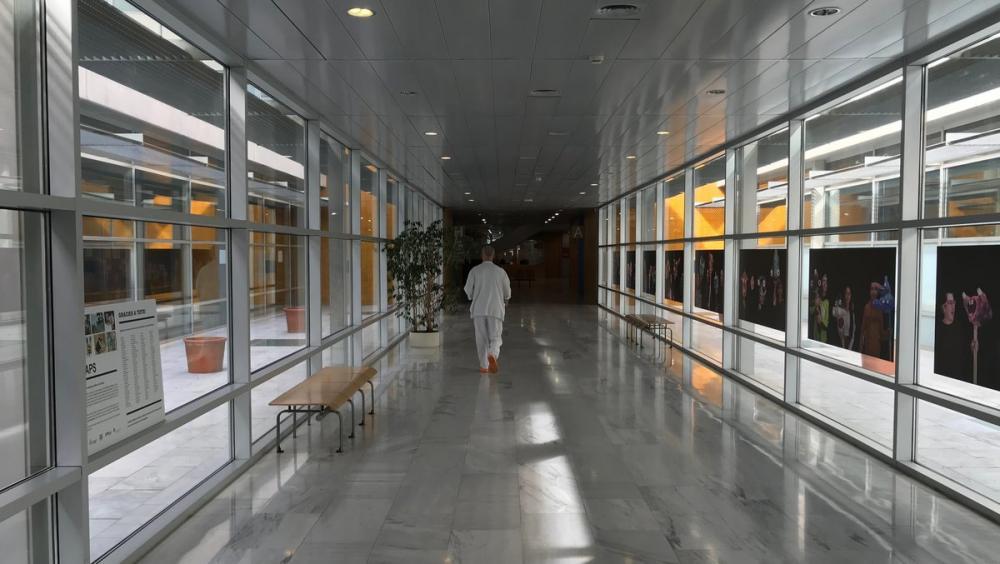 Un sanitari passeja per un passadís buit de l'hospital de Mataró, ahir al matí
