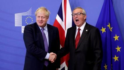 Encaixada de mans de Boris Johnson i Jean-Claude Juncker , després d'anunciar  en roda de premsa que havien arribat a un acord pel 'Brexit', dijous a Brussel·les