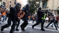 Antiavalots de la policia espanyola detenen un jove, en els disturbis davant la seu de la prefectura de la policia, a Via Laietana, ahir
