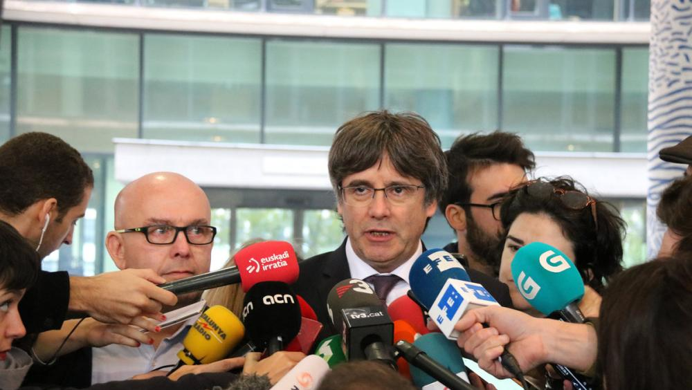 L'expresident de la Generalitat, Carles Puigdemont, i el seu advocat, Gonzalo Boye, atenen els mitjans després de sortir de l'edifici de la fiscalia de Brussel·les