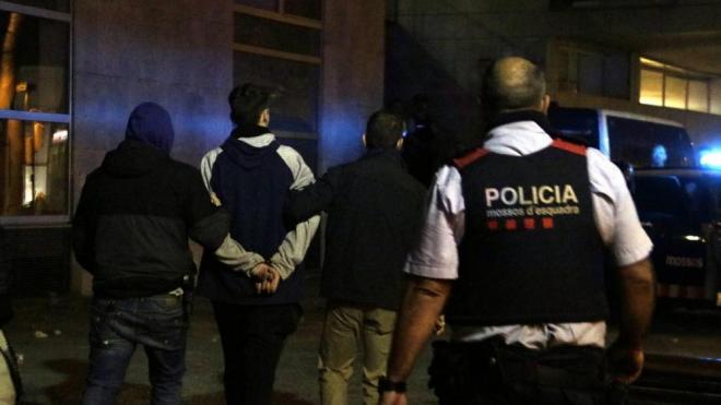 D'esquenes, un dels detinguts pels Mossos durant la quarta nit d'aldarulls a Girona