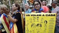 Una manifestant amb els presos polítics i exiliats
