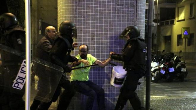 La Policia Nacional ha detingut aquest divendres a la nit un veí de Girona que havia volgut apagar un contenidor en flames amb una galleda d'aigua La Policia Nacional ha detingut aquest divendres a la nit un veí de Girona que havia volgut apagar un contenidor en flames amb una galleda d'aigua
