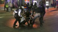Mossos d'Esquadra detenint un manifestant durant la quarta nit d'aldarulls a Tarragona
