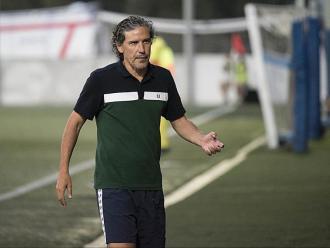 Raúl Garrido dona instruccions als seus jugador durant un partit d'aquest curs