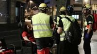 Un equip de sanitaris voluntaris, atenent una jove colpejada divendres