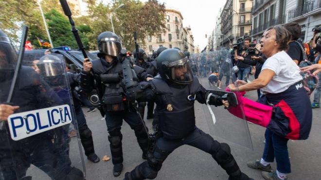 La Policia Nacional intenta dispersar els concentrats a la plaça Urquinaona de Barcelona