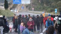 Manifestants tallant l'autopista AP-7 a la Jonquera, ahir al matí, abans de ser desallotjats. A la dreta, manifestants a favor de la llibertat dels presos a Madrid