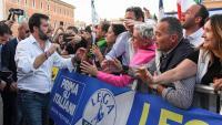 Matteo Salvini saludant diversos manifestants que van secundar la seva crida a concentrar-se a Roma contra el govern de coalició del M5E i el PD, ahir
