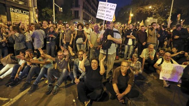 A l'esquerra, voluntaris d'entitats catalanes que van fer una cadena per protegir els manifestants de la policia,  a la Via Laietana, ahir