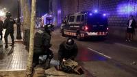 Una persona detinguda pels Mossos d'Esquadra durant  els aldarulls de dissabte a la nit