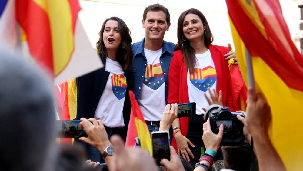 Albert Rivera, Inés Arrimadas i Lorena Roldán en un míting a la plaça de Sant Jaume envoltats de banderes espanyoles
