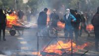 Manifestants cremen objectes durant una protesta contra l'increment del preu del metro, a Santiago de Xile dissabte