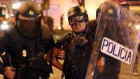 La Policia Nacional s'endú detingut i emmanillat per l'esquena el fotoperiodista d'El País Albert Garcia a la plaça Urquinaona de Barcelona
