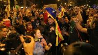 Milers de persones es concentren davant de la prefectura de la Policia Nacional a Barcelona